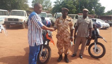 Sécurité : Mégamonde offre cinq motos de patrouille à la Police nationale